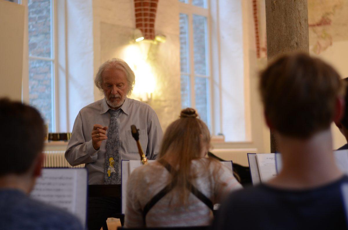 Herr Hampel dirigiert