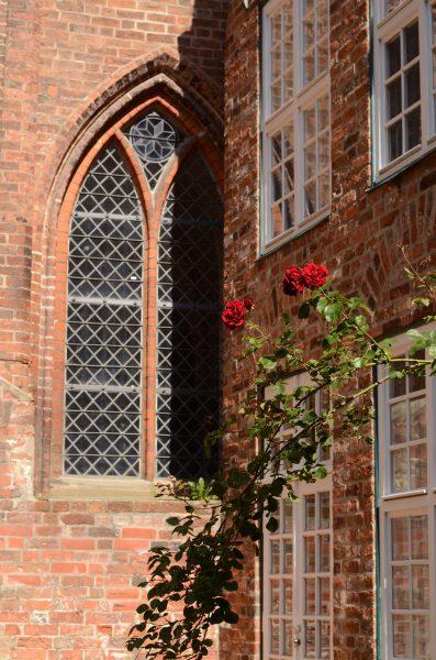 Die Katharinenkirche vom Schulhof aus gesehen