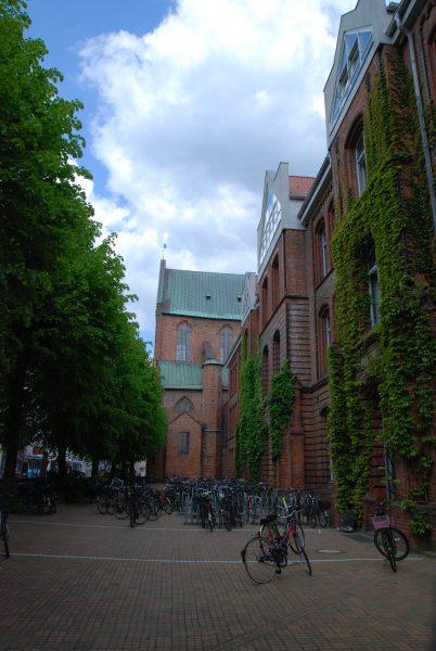 Unser Fahrradhof mit dem Hauptgebäude und der Katharinenkirche