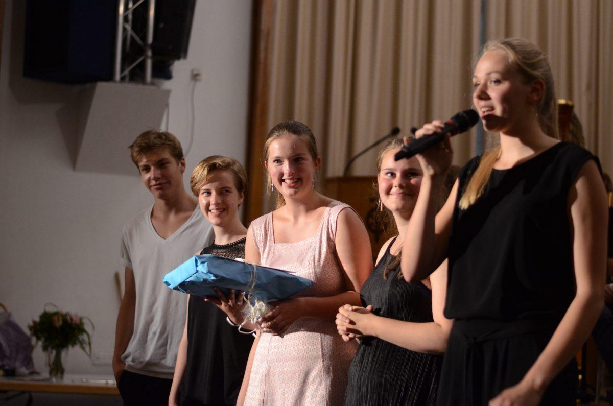 Der Abiturjahrgang des Schulorchesters verabschiedet sich von Herrn Hampel