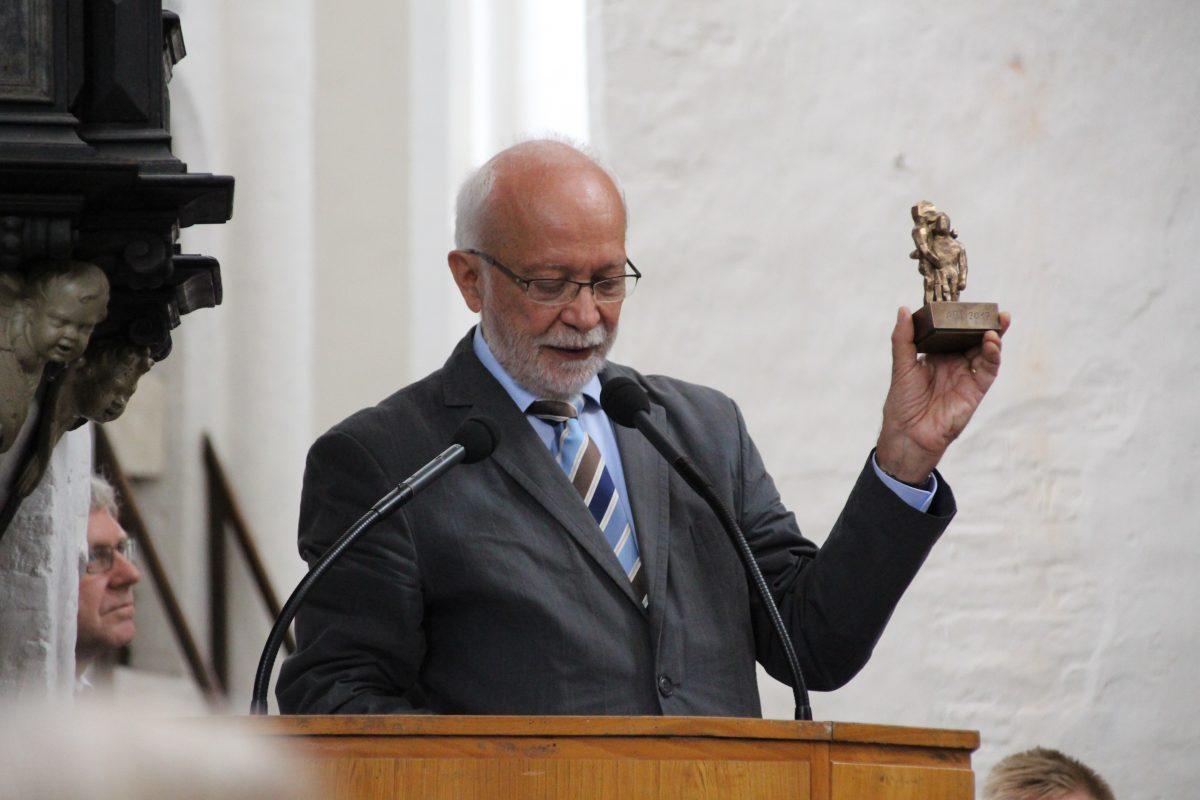 Prof. Dr. Dahms mit dem Preis vom Bund der Freunde