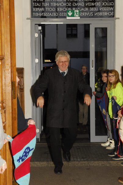 Herr Schmittinger betritt unter Jubel das Gebäude