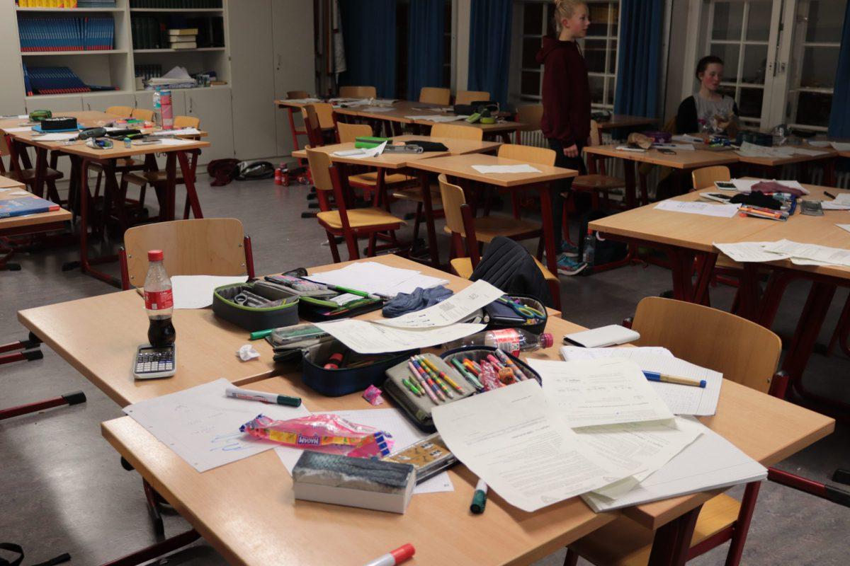 Die Tische der abwesenden Schüler