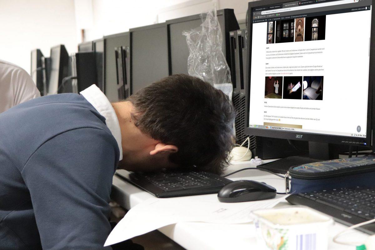 Junge schläft im Computerraum