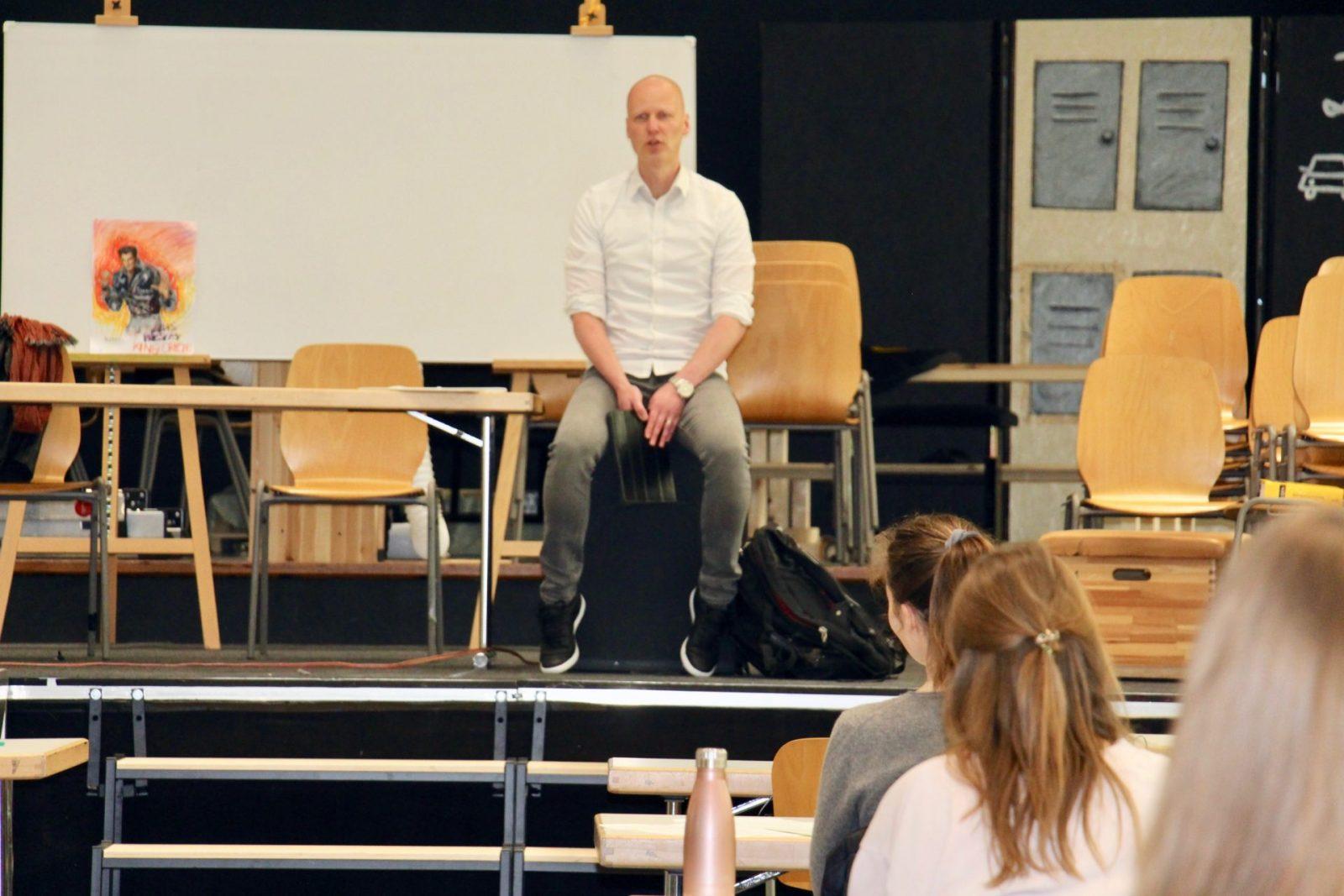 Herr Albert unterricht Musik in der Aula