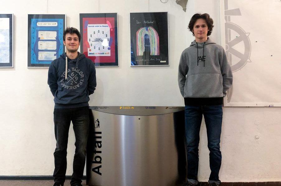 Tyler und Konrad stellen das Mülltrennungskonzept vor