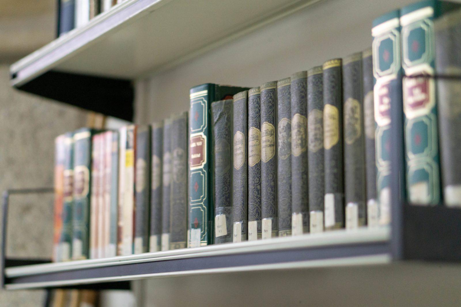 Teil der Bibliothek mit alten Büchern