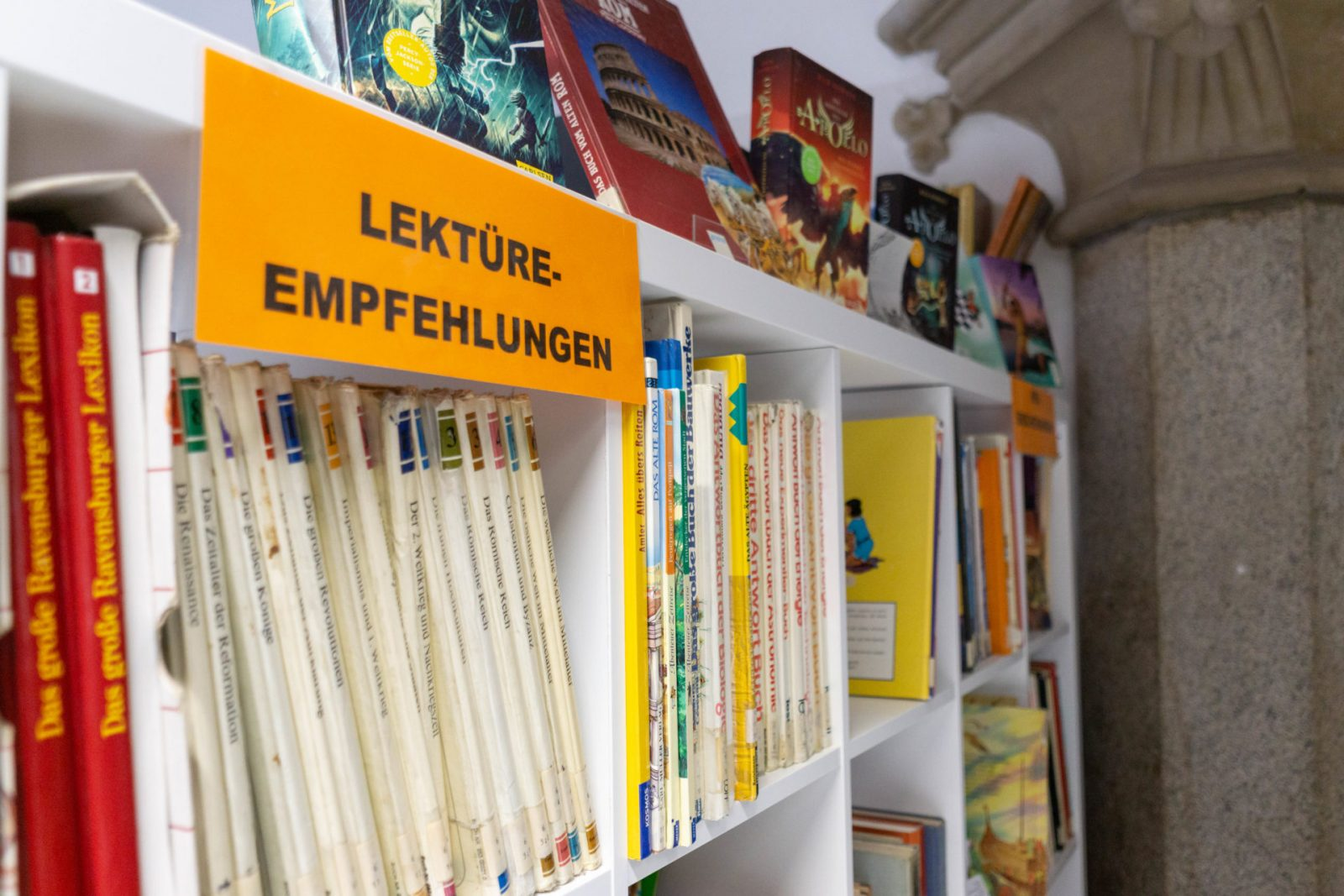 Regal mit Lektüre-Empfehlungen