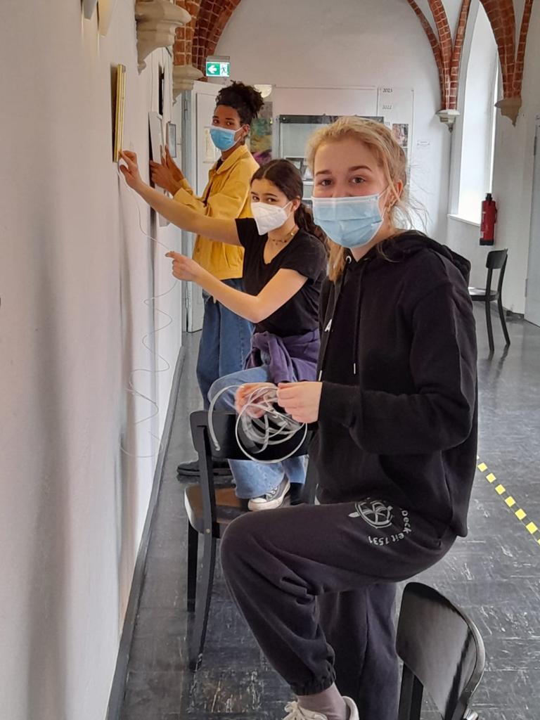 Aufhängen der Werke im Schulgebäude